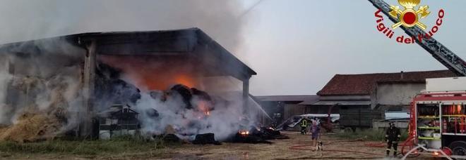 Incendio distrugge un fienile: bruciate  400 rotoballe e mezzi agricoli. Stalla salva