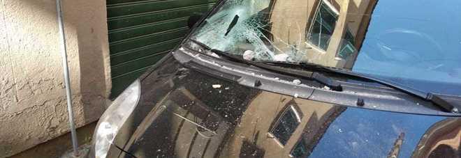 Si stacca un lampione e centra un'auto, danni in centro a Velletri