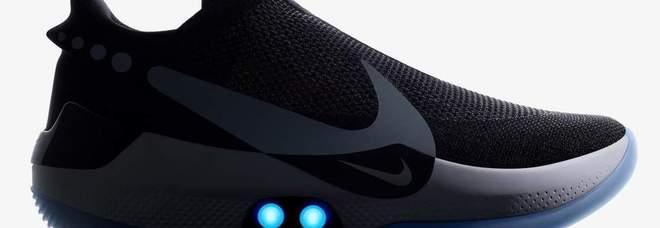 Nike inventa la scarpa connessa allo smartphone: si allaccia da sola FOTO