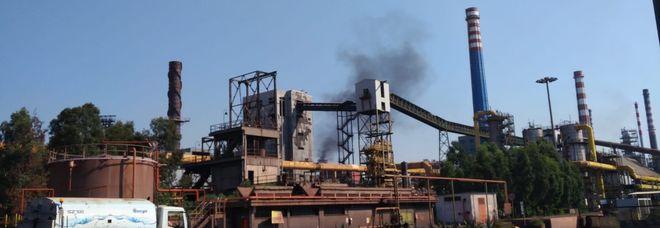 Una immagine dei fumi che si sono alzati dall'Ilva