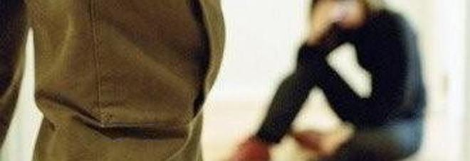 Cosparge di benzina la moglie 19enne e tenta di darle fuoco