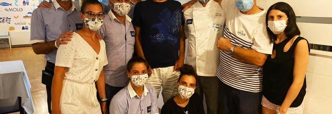 Andrea Bocelli riunisce la famiglia, ormeggiato lo yacht tutti a cena a Portonovo