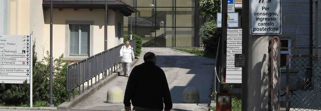 Rubava le fedi nuziali alle anziane in ospedale: denunciata una 34enne