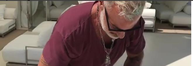 Gianluca Vacchi, ecco il (costosissimo) regalo per i suoi 50 anni Video