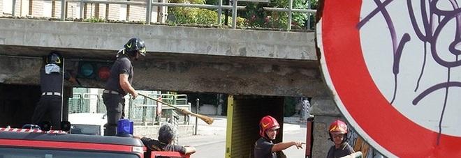 Si staccano grossi pezzi di cemento: paura nel sottopasso
