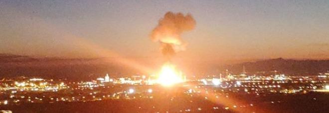 Spagna, paura per un'esplosione nello stabilimento petrolchimico: persone barricate in casa