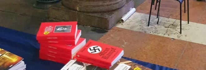 Milano, il Mein Kampf di Hitler in vendita su una bancarella in piazza del Duomo FOTO