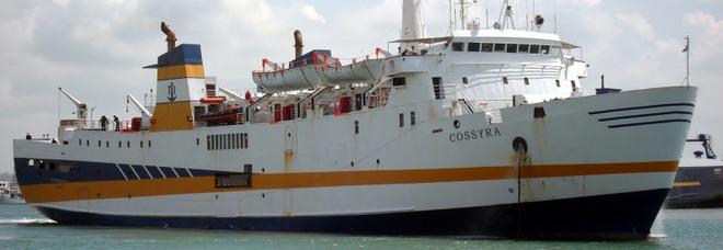 Bloccato traghetto di linea: il molo è occupato dal veliero Alex con i naufraghi