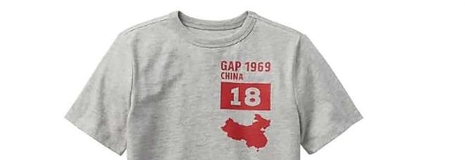 """Gap stampa sulla t-shirt una Cina """"sbagliata"""": costretta a scusarsi con Pechino"""