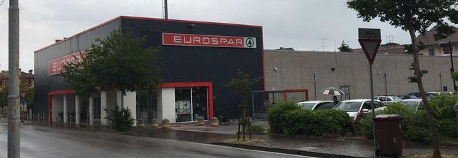 Il negozio rapinato in pieno giorno a Udine