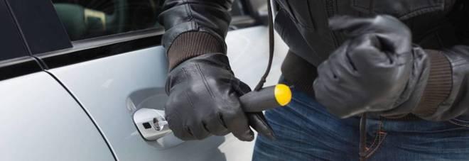 """""""Tradito"""" dal coltello mentre tenta  il furto dell'auto: arrestato 60enne"""
