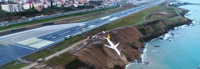 Turchia, aereo fallisce l'atterraggio e finisce fuoripista: terrore tra i passeggeri a Trebisonda