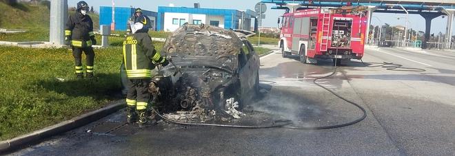 L'auto carbonizzata