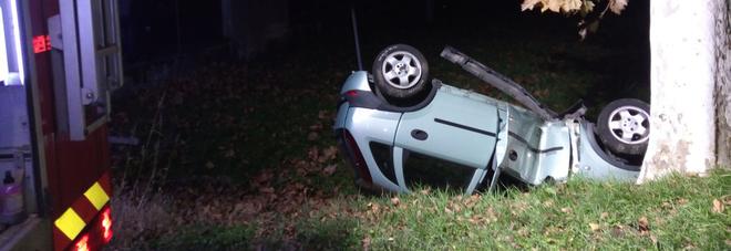 Auto cappottata e accartocciata  su un albero: feriti due ragazzi