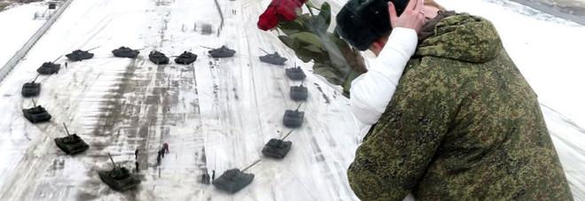 Militare russo compone un cuore con 16 carri armati e chiedere la mano della sua fidanzata - video