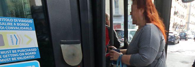 Napoli, ferita dai portelloni del bus:  donna incinta finisce in ospedale