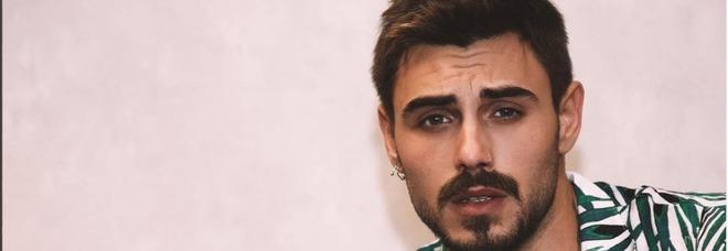 Grande Fratello Vip 2018, Francesco Monte bacia tutti gli uomini della Casa: dopo Ivan Cattaneo ecco a chi è toccato