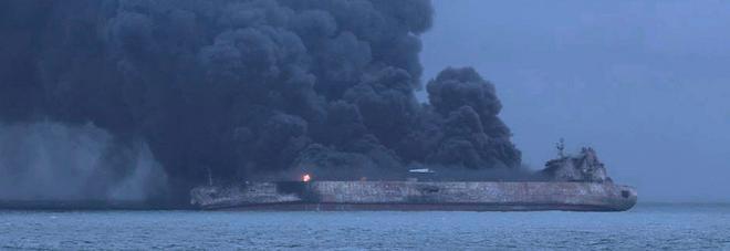 Cina, affonda la petroliera iraniana con 136mila tonnellate di greggio: allarme ambientale