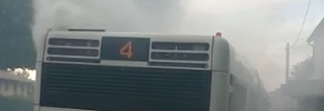 Qualcosa non va: fumo invade il bus  ma l'autista fa scendere tutti