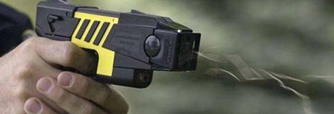 Pistole elettriche per i crimini in strada: polizia e carabinieri come le guardie negli Usa