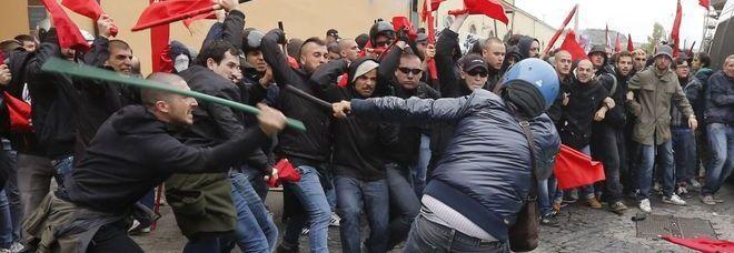Napoli. Scontri al corteo contro lo «SbloccaItalia». Mazze e petardi contro gli agenti