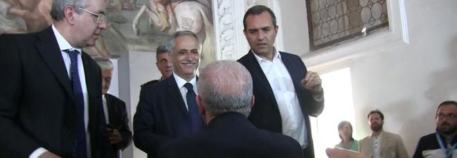 Napoli, stretta di mano e tensione tra de Magistris e De Luca
