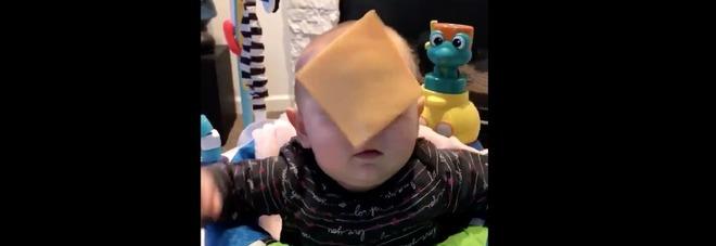 Cheese Challenge, sottilette in faccia ai bambini: la nuova moda social che fa arrabbiare le mamme