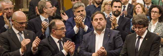 La dichiarazione di indipendenza firmata da Puigdemont