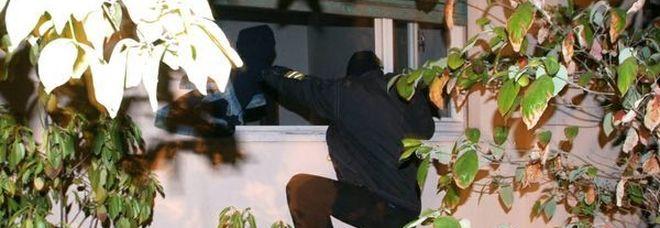 In paese c'è la festa: i ladri in casa tagliano la cassaforte