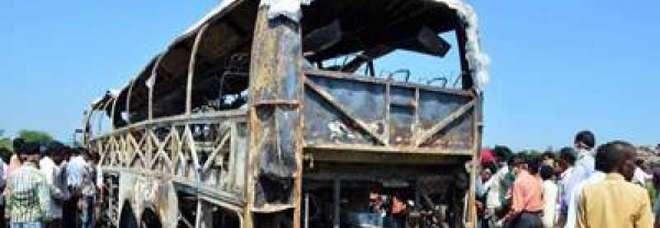 Tragico schianto, autobus contro tir: almeno 19 morti e 20 feriti