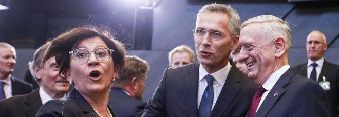 Migranti, Trenta chiama la Nato. E per chi ruba espulsione subito