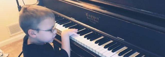 Bimbo di 6 anni quasi cieco suona Bohemian Rhapsody al piano: il web impazzisce