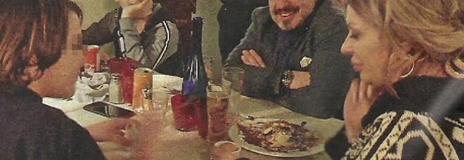 Tina Cipollari a cena col fidanzato Vincenzo Ferrara e i figli (Nuovo)
