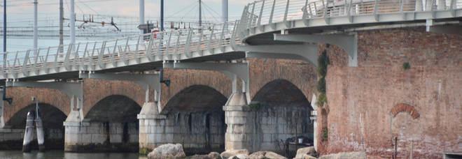 Le Ferrovie pagano la pulizia degli archi del Ponte della Libertà