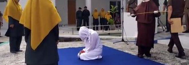 Indonesia, ragazza frustata in pubblico da un ufficiale donna: ha fatto sesso prima del matrimonio