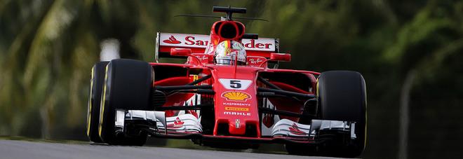 Sebastian Vettel con la sua Ferrari sulla pista di Sepang