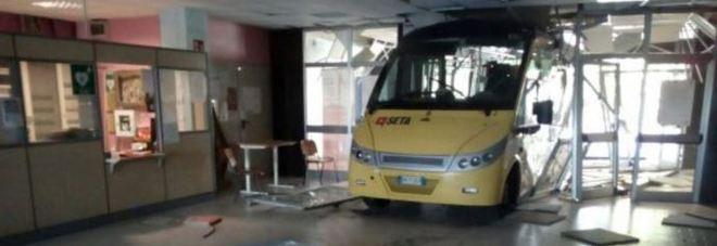 Due bus rubati e poi lanciati contro una scuola: uno sfonda l'ingresso