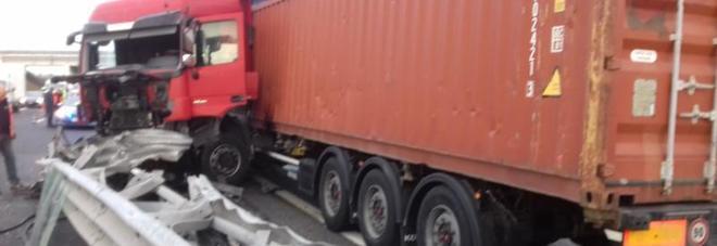 Tir sbanda e si schianta contro il guard rail per evitare il furgone