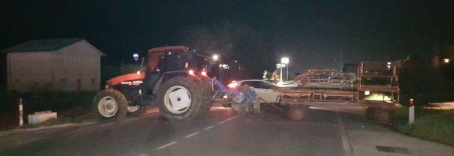 Bloccano la strada coi trattori e distruggono il distributore con la ruspa
