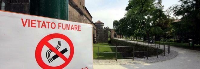 Milano vieta il fumo, dal 1° gennaio stop alle sigarette alle fermate del bus, nei parchi e al cimitero