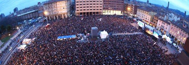 Sardine a Bologna: «Siamo 40mila». Il leader Santori: «Bonaccini? Mai sentito. Contatti con M5S»