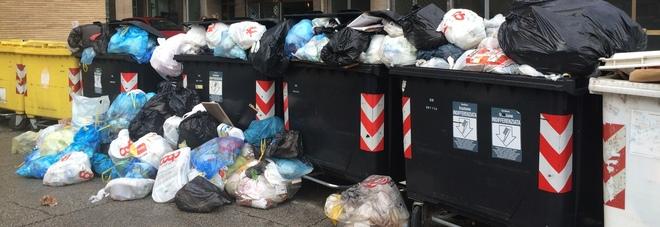 Caos rifiuti nel parcheggio di via Martiri della Resistenza