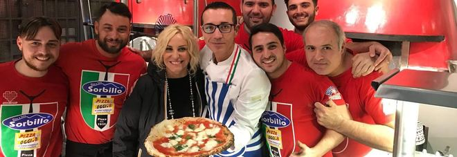 Antonella Clerici si improvvisa pizzaiola: ecco la sua pizza preparata e cotta da Gino Sorbillo a Napoli