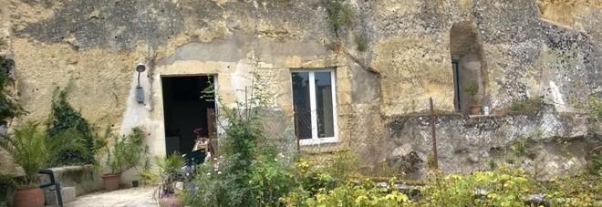 Disoccupato 23enne compra una caverna per 1 euro e la sua vita cambia per sempre