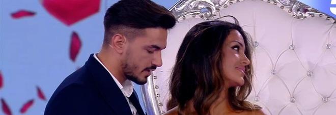 Isola, Rosa Perrotta, proposta di matrimonio in diretta da parte di Pietro Tartaglione. Boom di like per il selfie di Mara Venier