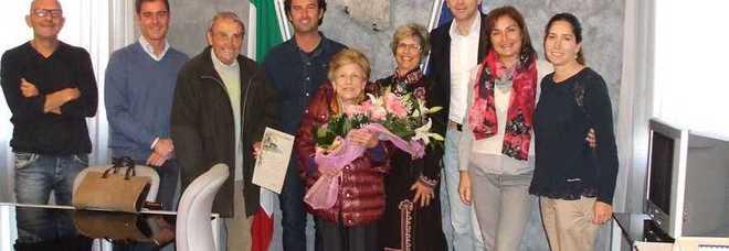 Anna Cantarini con i fiori circondata dalla Giunta di Numana