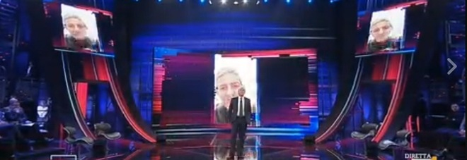Giletti torna in tv, dal saluto di Fiorello alle baby pensioni. In studio l'ex fidanzata e l'avvocato di Ruby