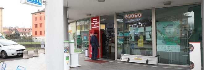 Colpo in tabaccheria: ladri caricano sul furgone una slot e un cambia monete