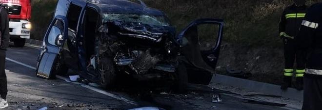 Tremendo frontale tra auto: feriti i due conducenti per uno c'è l'eliambulanza