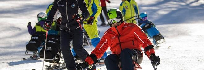 Alex Zanardi mentre scia con i ragazzi del progetto SciAbile di BMW